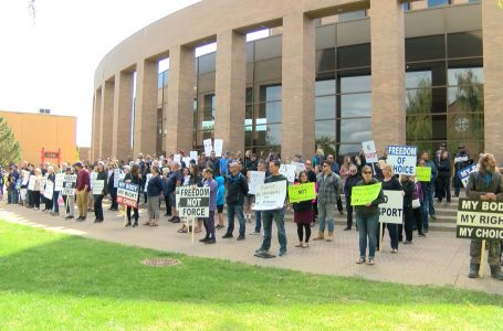 Hundreds protest vaccine mandate in Lethbridge, as COVID-19 cases continue to increase