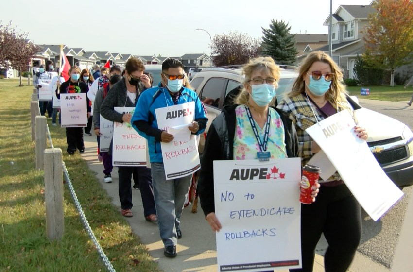 AUPE members hold rally in front of Extendicare